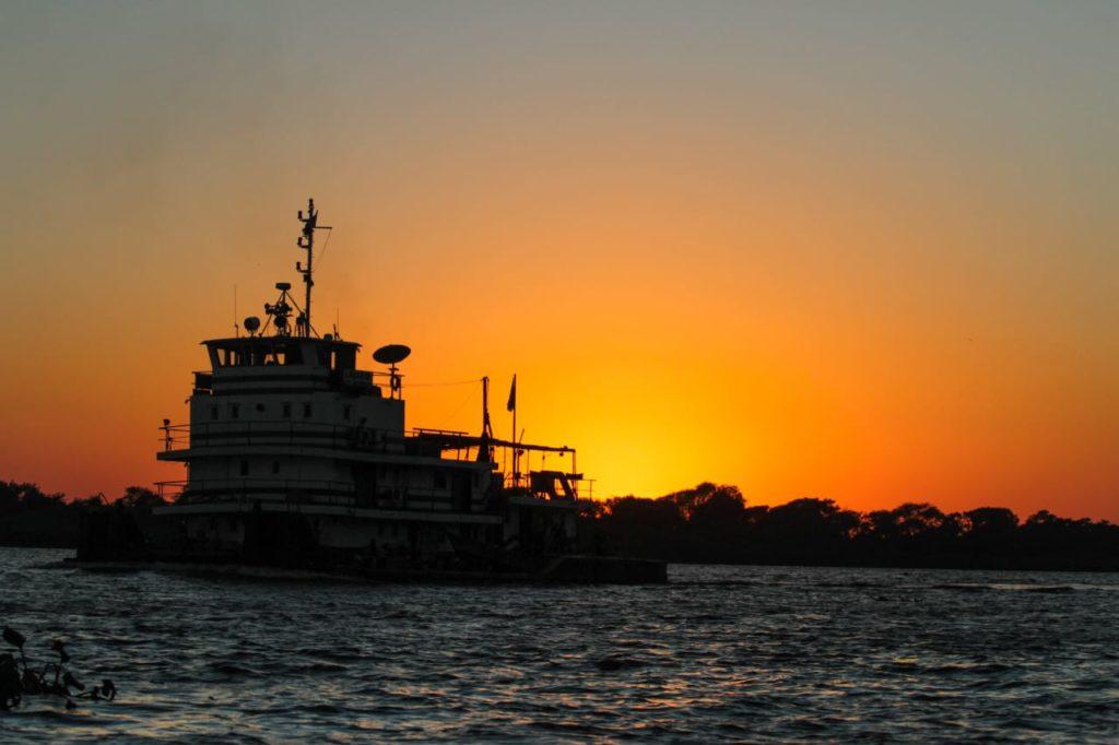 Barco turístico colaborou com logística para entrega de vacinas no Alto Pantanal. Fotos de Marcos Maluf e Silas Lima.